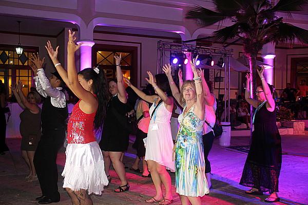 Les agents de voyage se sont laissés entraînés par la musique et la bonne humeur cubaines.