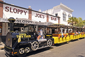 Le bar Sloppy Joe's, le préféré d'Hemingway et le Conch Train qui fait le tour des attractions de l'île. Crédit : Bob Krist/Florida Keys News Bureau