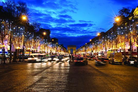 Les Champs Elysées (Conception et réalisation : Blachere Illumination - Crédit photo : Jérémie Pitot – Office de tourisme de Paris)