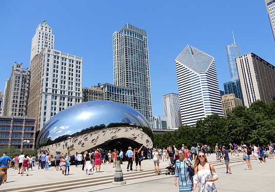 Le Cloud Gate : La sculpture en acier de l'artiste Anish Kapoor.