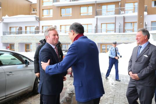 Le président du Club Med Henri Giscard d'Estaing accueille le secrétaire d'État Jean-Baptiste Lemoyne au village de Samoëns Morillon