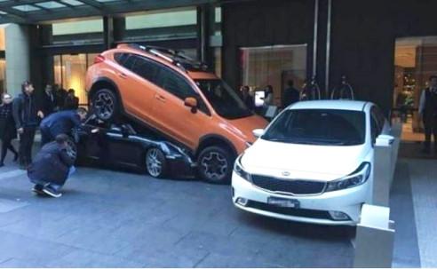 Un voiturier d'hôtel détruit une voiture de luxe