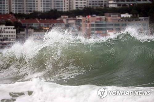 De hautes vagues déferlent le mercredi 22 août 2018 sur la plage de Haeundae à Busan, à environ 450 km au sud-est de Séoul, alors que le typhon Soulik se rapproche de la péninsule.
