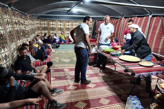 Une famille bédouine de Sea Level accueille des touristes sous la tente.