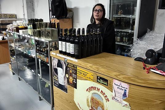 Le Taybeh Hotel est propriété de la famille Khoury qui exploite la première et seule microbrasserie de Palestine (Taybeh Beer), un vignoble et une oliveraie.