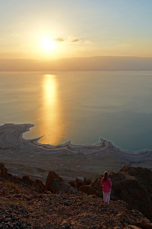 Les Bédouins conduisent les marcheurs aux abords de la Mer Morte pour le lever de soleil.