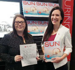 Erika Fitzgerald, Flight Centre - Ontario, recevant son prix en compagnie de Krista Cardone, Chef de secteur chez VAC