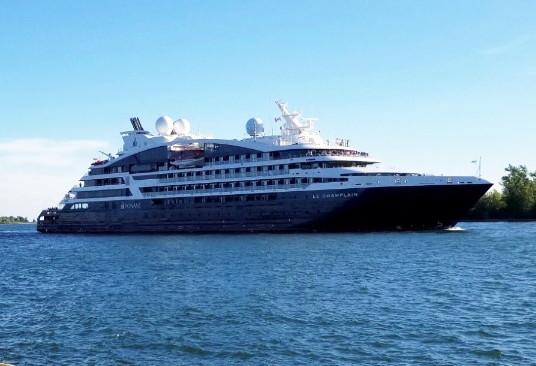 Le MV Le Champlain, navire cinq étoiles de la compagnie de croisières française Ponant – qui est revenu dans les Grands Lacs et a fait escale au Port de Toronto cette saison après une absence de 10 ans – avec 184 passagers impatients de découvrir tous les attraits de Toronto. (Groupe CNW/PortsToronto)