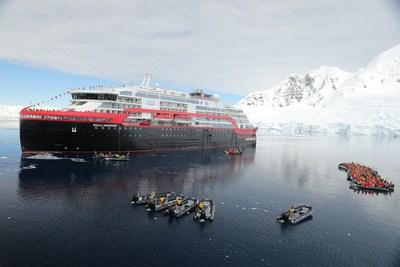 Hurtigruten s'inscrit dans l'histoire en procédant au tout premier baptême de navire de croisière en Antarctique