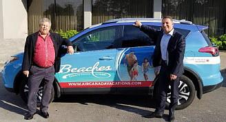Stewart et Montagnese démontrent fièrement le partenariat légendaire avec des véhicules comarqués.