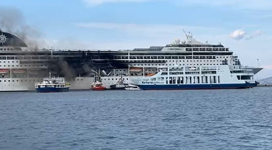 Le MSC Lirica en feu dans le port de Corfu