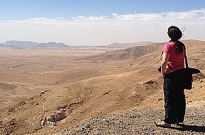Surprise en pleine action, en train de regarder les paysages désertiques de la Jordanie.