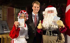 Le ministre Alexander remet officiellement les 2 999 999e et 3 000 000e passeports électroniques au Père Noël et à la Mère Noël à une cérémonie speciale à Vaughan Mills