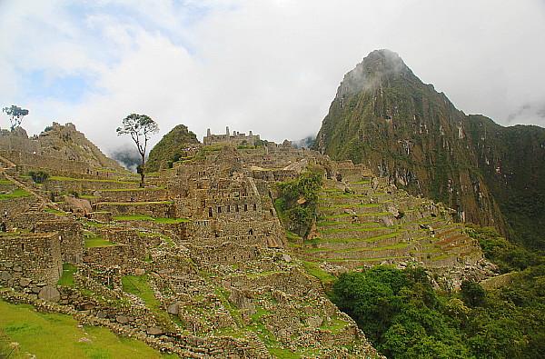 L'ancienne cité se trouve entre deux sommets: le Machu Picchu et le Huayna Picchu  .
