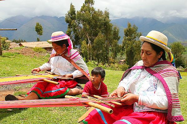 Les femmes pratiquent encore le tissage, notamment avec de la laine d'alpaga